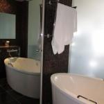 Зеркальные двери в ванной комнате.