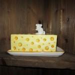 В сырном ресторане святого Михаэля все делается с сыром, даже предметы интерьера изображают сыр)